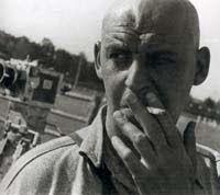 ALEXANDER RÓDCHENKO, Nació el 5 de diciembre de 1891 en San Petersburgo, el fue un diseñador gráfico ,pintor, fotógrafo y escultor ruso.Fue unos de los fundadores del constructivismo Ruso.  Estudio historia del arte. En mayo de 1921 se realiza una exposición con su segunda serie de esculturas organizada y en donde se empieza a expresar los inicio del constructivismo ruso. En  1925 realiza una serie de fotografías en ambientes externos.  Finalmente muere en Moscú, el 3 de Diciembre de 1956.