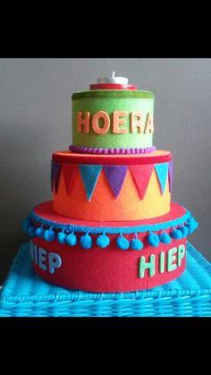 Verjaardagstaart voor in de klas. Piepschuimen taartlagen bekleed met vilt en lint. Geinspireerd door creakikiheavenly.
