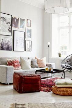 meuble design scandinave, canapé gris avec coussins colorés dans le salon