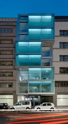 F40 Office Building by Petersen Architekten, Belin Commercial Architecture, Architecture Office, Beautiful Architecture, Contemporary Architecture, Architecture Details, Office Buildings, Building Exterior, Building Design, Facade Lighting