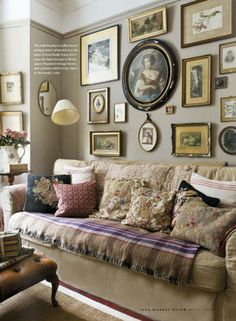 Create a wall display made up of antique prints collected over the years. Image from mag Winter Narrow Living Room, Living Spaces, May House, Furniture Refinishing, Refurbished Furniture, Furniture Redo, Repurposed Furniture, French Decor, Traditional Decor
