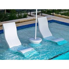 Convenient for a book or beverage, the Ledge Lounger Signature 14 Side Table is the perfect side piece to our Chaise or High Back Chair. Swimming Pools Backyard, Pool Spa, Pool Landscaping, Outdoor Pool Furniture, Mini Piscina, Pool Umbrellas, Small Pool Design, Pool Chairs, Inspiration Design
