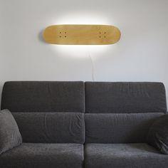 SkateboardLampe à 7wLED basse consommation, qui vous apportera une douce lumière d'ambiance. Lampe peut être suspendu horizontalement ou verticalement. Mesures: 80 x 20 cm. La lampe se met en marche avec un interrupteur à l'arrière.