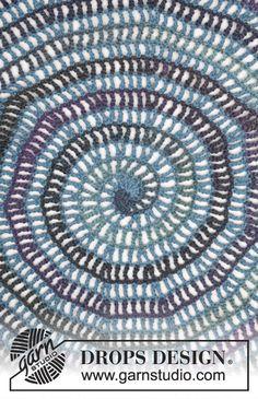 """Gypsy Blue / DROPS 165-40 - Chaqueta en ganchillo DROPS trabajada en un círculo, en """"Big Delight"""" y """"Karisma"""". Talla: S – XXXL."""