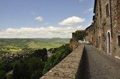 Dünyanın bazı bölgelerine yapılan yolculuklar aynı zamanda şarabın dünyasına yapılan bir yolculuğa dönüşürler..  İtalya'nın Toscana ve Umbria Bölgeleri..Dağları, tepeleri, yemyeşil asırlık ağaçları, virajlı dar yolları ve üzüm bağları, dünyaca ünlü şarapları ve tepelerin üstüne kurulmuş şirin Ortaçağ kentleri ve bu kentlerin çiçekler içindeki tarihi evleri ile İtalya'nın en güzel bölgeleri..(Görsel Umbria Bölgesi'ne aittir...)