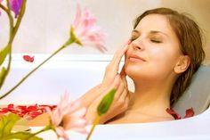 40 Rezepte zum Badezusätze selber, wie z.B. Rezepte für Badesalz, Badeöle, Badekugeln, Badepralinen und sprudelnde Badebomben ...