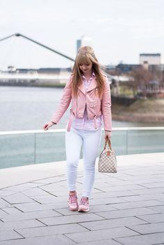Wie kombiniert man Nike Huarache Sneaker? Die pinke Variante ist zusammen mit einer schönen Skinnyjeans und passender Lederjacke perfekt für den Frühling!