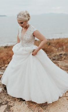 Absolutely glamorous Ines Di Santo princess style wedding gown at 42% bound to dazzle all your wedding guests, especially your groom.  #GlamorousWeddingDresses #PrincessWeddingDress #PreLovedWeddingDresses #UsedDesignerWeddingGowns