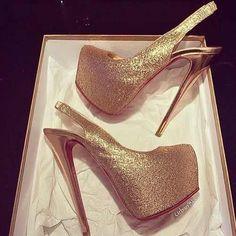 Imagem de fashion, gold, and shoes Gold Pumps, Pumps Heels, Stiletto Heels, Stilettos, Hot High Heels, Sexy Heels, Shoe Game, Me Too Shoes, Shoe Boots