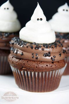 Geister-Cupcakes Geister-Cupcakes The post Geister-Cupcakes appeared first on Halloween Desserts. Halloween Torte, Halloween Cupcakes Easy, Dessert Halloween, Halloween Buffet, Halloween Baking, Halloween Food For Party, Halloween Treats, Halloween Halloween, Ghost Cupcakes