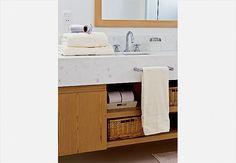 Para guardar os cosméticos, a arquiteta Tucah Campos fez um armário, com 1 x 1,20 x 0,15 m, atrás do espelho, acima da bancada do banheiro. Executado pela marcenaria Oelebe, ele é revestido por fora com madeira feijó