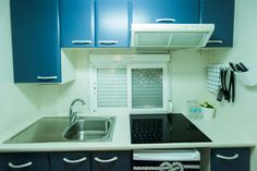 Mobil Home de alquiler, con vistas al mar, en el camping situado en la Costa Dorada. Kitchen Cabinets, Sea, Navy, Home Decor, Ocean Views, Hale Navy, Decoration Home, Room Decor, Cabinets