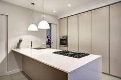 Cucina colonne laccate lucide bianche ante rosse in vetro retro ...