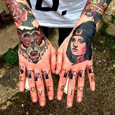 Frau an Händen und Armen tätowiert