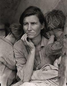 Dorothea Lange è stata una fotografa che ha sempre perseguito lo stesso tema: quello delle persone invisibili, della povera, della sofferenza.