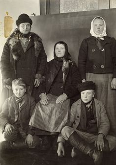 Finnish immigrant family, Ellis Island, New York (Frederick C, Howe,             National Geographic, 1917)
