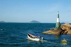 Barco de pesca saindo da praia da barra da lagoa Floripa em direção ao mar aberto – Foto: Flávio Fernandes – LitoraldeSantaCatarina