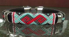 Cuir peyotl cousu bangle avec plusieurs couches de diamant. Un bracelet unique conçu avec perles Miyuki Delica 11/0 rouge, turquoises, en acier et cristallines perles bordées dargent avec un métal crochet fermoir.    -Taille : jusquà 7 1/2 poignet