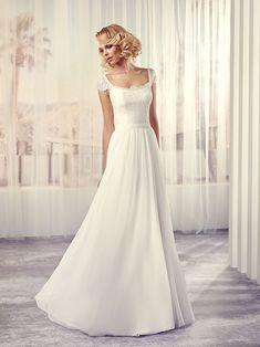Trouwjurk van het merk Le Papillon by Modeca. De top is gemaakt van kant en de rok van chiffon. De jurk heeft kanten mouwkapjes en een open rug. De taille wordt geaccentueerd door een onopvallende riem.