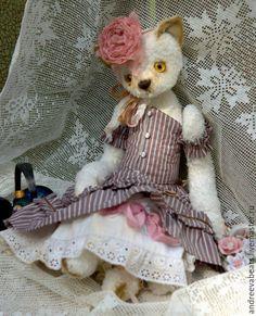 Купить или заказать Кошка 'Алиса', коллекция Hugglets в интернет-магазине на Ярмарке Мастеров. Кошечка 'в образе пастушки'))), едет на выставку в Лондон. Как всегда вискоза, подвижные конечности, много одежды, винтажная нижняя юбочка. Корсет сзади на шнуровке. Пуговички - маленькие камеи. Имеет хвост и усы))) Цветочек от Ольги R…