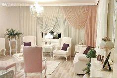 Müveddet hanımın zerafetin ön planda olduğu harika evinde misafiriz. Ev sahibimiz kendisine aksesuarlarla oynama imkanı veren açık renkler mobilyalar tercih ettiği evinde, pembenin çok yumuşak nüansla...