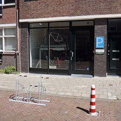 Buurtfietsenstallingen worden steeds populairder. Het is dan ook een perfecte oplossing voor huishoudens die niet beschikken over een eigen fietsenberging. In een buurtstalling kunnen bewoners tegen een kleine maandelijkse vergoeding hun fiets veilig stallen.  Falco heeft de fietsparkeerplaatsen geproduceerd en geleverd voor buurtfietsenstalling De Zeefiets in Den Haag. In totaal kunnen hier ruim 100 fietsen geparkeerd worden in twee verschillende  soorten fietsenrekken. Windows, Home, The Hague, Ad Home, Homes, Haus, Ramen, Window, Houses