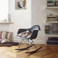 Vitra Eames Plastic Armchair Vitra Schaukelstuhl, Eames Stühle,  Designgeschichte, Vitra Stuhl, Designklassiker