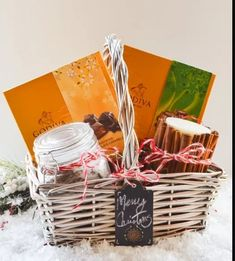 Holiday Gift Basket Ideas with fun ideas for teenagers, men or women including a DIY Lavender Rosemary Mineral Bath and Homemade Cinnamon Candle. Diy Christmas Baskets, Christmas Food Gifts, Themed Gift Baskets, Christmas Gift Baskets, Christmas Gifts For Boyfriend, Holiday Gifts, Christmas Diy, Holiday Ideas, Christmas Costumes