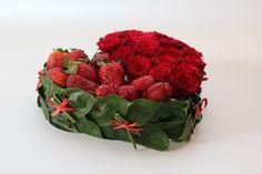 Букет из живых роз и свежей клубники. Моя работа