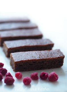 Dates - sticky and sweet -are perfect for sugar-free baking. I have baked date cake with and without sugar, and I have to say I absolutely prefer this sugar-free version. It highlights the natural sweetness of the dates.