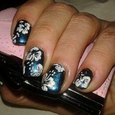 Francamente Mdq uñas esculpidas y nail art. Sobre Esmalte tornasol flores pintadas a mano. MAR DEL PLATA.