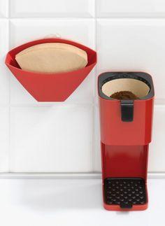 RIO #Filtertütenhalter:  RIO von #Koziol garantiert jene Muße, die bei der Zubereitung von #Filterkaffee einfach nötig ist. Denn nur allzu oft zerrt das Instrumentarium der heißen Versuchung eiskalt an den Nerven.