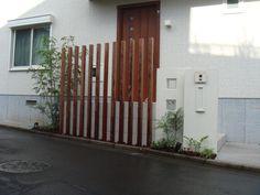 ハードウッド列柱で目かくし、シンプルな門柱の積水ハウスの家 Main Entrance, Radiators, Cabana, Facade, Garage Doors, Home Appliances, Backyard, Exterior, Landscape