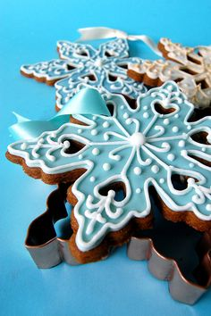 Holiday cookie decorating idea: Gingerbread SnowFlakes