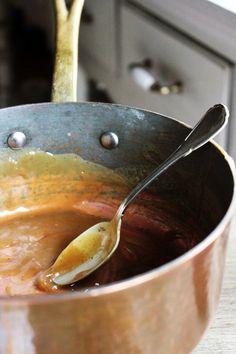 Pieczone jabłuszko na cynamonowej granoli z jabłkowym toffi