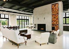 wohnzimmer retro holzmöbel kamin teppich rautenmuster schwarz weiß ...