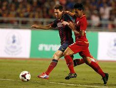 RUN85 BANGKOK (TAILANDIA) 07/08/2013.- El futbolista argentino del FC Barcelona Lionel Messi (i) controla el balón ante el tailandés Atit Daosawang (d), durante un partido amistoso que el FC Barcelona