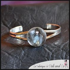 Cabochon fillette monté sur bracelet rigide métal blanc/argenté