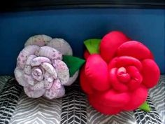 Almofadas:  Dupla face (Rosa e Beijinho) - Composê em algodão - Rosa Fuxicão  - Rosa em Tecido Patchwork.  Almofadas decorativas com preços baixíssimos, comprovem fazendo pesquisa on line.  ACEITO ENCOMENDAS!!!  Quem quiser, é só mandar pelo comentário... faço em outras cores também, envio com frete dos Correios, e dependendo do local, entrego e...