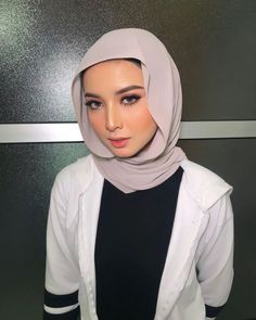 If you too in search about be beautiful than now, then you are at right place! you can see everything about makeup and beauty, just keep it! Beautiful Hijab Girl, Beautiful Muslim Women, Gorgeous Women, Hijab Makeup, Sweet Makeup, Hijab Collection, Graduation Makeup, Girl Hijab, Oils For Skin