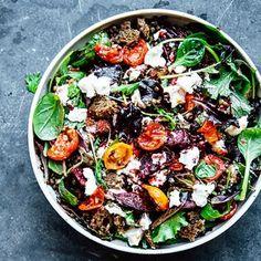 """Inspirationen till den här matiga rätten med belugalinser som bas kommer från lata sommardagar i Sydfrankrike. Klassiska kombon chèvre och rödbeta tolkad i en färgstark """"bowl"""", eller kort och gott skål på svenska. Bjud till grillat, eller ät som komplett måltid."""