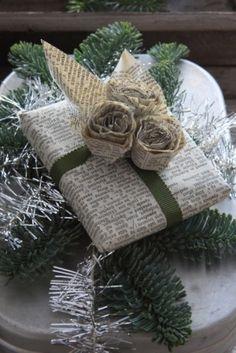 Newspaper wrapped packages... Envueltos y adornados con papel periódico...