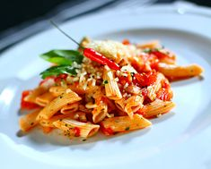 Nilay Keçeci Penne, Pasta, Parmesan, Thai Red Curry, Ethnic Recipes, Food, Eten, Noodles
