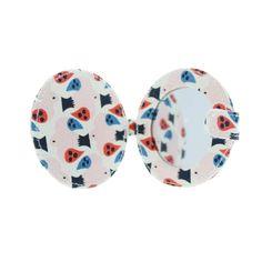 Joli miroir de poche recouvert de canvas sérigraphié aux oiseaux découpés ! Parfait pour un maquillage express en soirée ou remettre ses lentilles.    Petit, il se glissera facilement dans le sac à main ou une poche !    Design Tove Johansson.    D: 9 x 1 cm.   9,90 € http://www.lafolleadresse.com/sacs-enfants/2692-miroir-de-poche-9-x-9-cm-canvas-sérigraphié-tove-johansson-nouvelle-collection.html