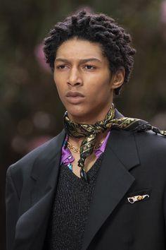 Versace Spring 2020 Men's Fashion Show Details Men Fashion Show, Men's Fashion, Men Scarf, Moda Formal, Men Street, Neckerchiefs, Bandanas, Black Is Beautiful, Parfait