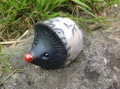 Petit hérisson décoratif cuit avec la technique du Raku. Une petite mascotte pour votre jardin, votre balcon, ou juste égayer un pot ! Peut rester à l'extérieur par tous les temps, ne craint pas...