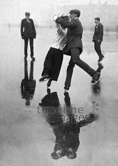 Schlittschuhlaufen. ullstein bild - Philipp Kester/Timeline Images #1909 #Eislaufen #Schlittschuhe #Spiegelung #Eis #Winter #Tanz #IceDancing #Nostalgie