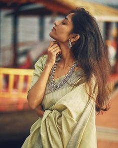 Want to look best in simple sarees? Do check out this brands collection. Simple Saree Designs, Simple Sarees, Saree Photoshoot, Bridal Photoshoot, Photoshoot Ideas, Designer Sarees Wedding, Wedding Sarees, Cotton Saree Designs, Saree Poses