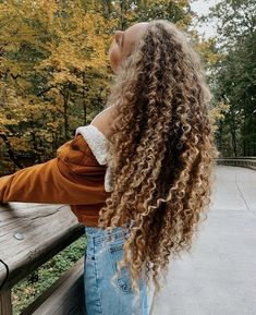 Highlights Curly Hair, Blonde Curly Hair, Curly Hair Care, Curled Hairstyles, Headband Hairstyles, Pretty Hairstyles, Hair Places, Layered Curly Hair, Beautiful Haircuts