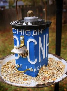 Repurposed license plate becomes bird house/feeder License Plate Crafts, Old License Plates, License Plate Art, Licence Plates, Upcycled Crafts, Repurposed Items, Cool Bird Houses, Diy Jardin, Café Bar